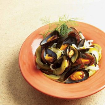 Mussels Stewed with Apple & Fennel